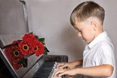 Pianista chłopiec z bukietem kwiaty Obraz Royalty Free