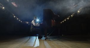Pianista chodzi pianino na scenie zbiory wideo