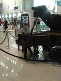 Pianista con el instrumento musical clásico del piano de cola Fotografía de archivo