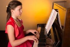 Pianista con el instrumento musical clásico del piano de cola Pianista con el instrumento musical clásico del piano de cola Mucha Foto de archivo libre de regalías