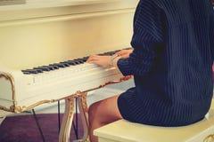 Pianista de sexo femenino Imágenes de archivo libres de regalías