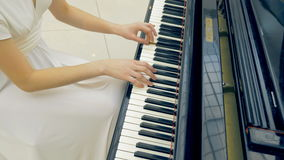 Pianista de sexo femenino que juega el primer del piano metrajes