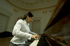 Pianista dotado en el piano Fotografía de archivo libre de regalías