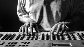 Pianista lub organista bawić się klawiaturę Obrazy Royalty Free