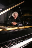 Pianista no preto Imagens de Stock