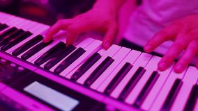 Pianista Playing Music delle mani stock footage