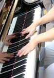 Pianista ręka podczas gdy bawić się fortepianową klawiaturę Zdjęcia Stock