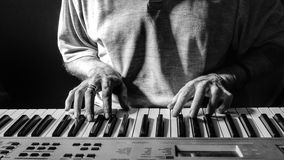 Pianista u organista que juega un teclado imágenes de archivo libres de regalías