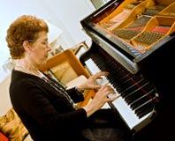 Pianiste aîné de femmes Images libres de droits