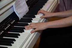 Pianiste jouant le piano Images stock