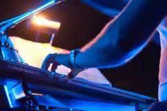 Pianiste jouant un piano de concert photo stock
