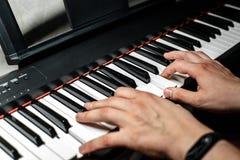 Pianisten spelar pianot Händerna för pianist` s nära övre sikt Arkivbilder