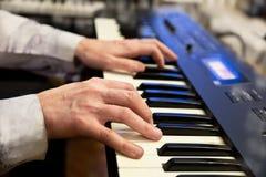 Pianistenhanden en pianotoetsenbord Royalty-vrije Stock Fotografie