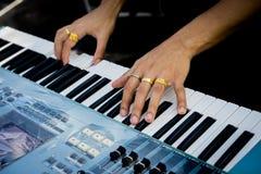Pianisthand met ring op de piano Royalty-vrije Stock Fotografie