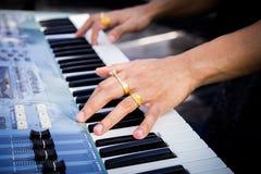 Pianisthand met ring op de piano Royalty-vrije Stock Foto