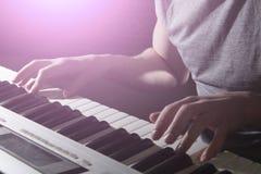 Pianisty muzyka instrumentu muzycznego fortepianowy bawić się Obrazy Stock