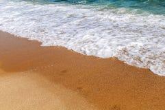 Piankowa fala na morzu zamkniętym z plażą Obraz Royalty Free