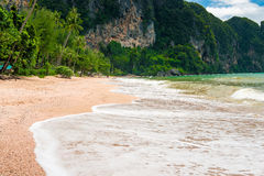 Piankowa fala na piaskowatej plaży Ao Nang Krabi Zdjęcia Royalty Free