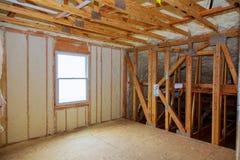 Piankowa plastikowa izolacja instalująca w połogim suficie nowy ramowy dom Fotografia Stock