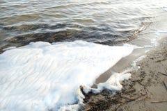 piankowy chemiczny początek na powierzchni rzeka, powodować skażeniem wody zdjęcie royalty free