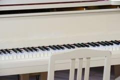 Piano à queue blanc image libre de droits