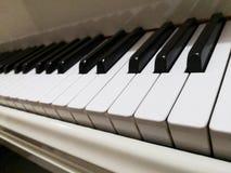 Piano à queue blanc aucune marque montrée comme question de copyright le foyer sur l'avant pousse une exclamation désapprobatrice photographie stock libre de droits