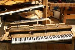 Piano à queue démantelé comme exemple sur l'expo musicale. photographie stock libre de droits