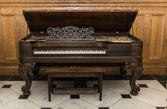 piano à queue de vieux beau vintage magnifique se tenant sur le fond en bois images libres de droits