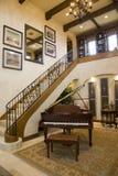 Piano à queue et escaliers. Photo libre de droits