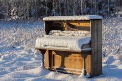 Piano abandonado en campo del invierno Imagenes de archivo