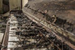 Piano abandonado velho esfarrapado 2 imagem de stock royalty free