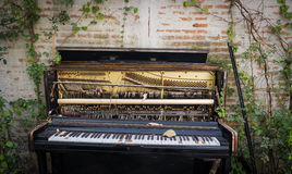 Piano abandonado viejo Fotos de archivo
