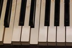 Piano antiguo con llaves quebradas Fotos de archivo
