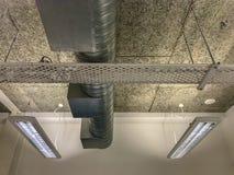 Piano aperto del soffitto con la condotta e le luci di stato dell'aria fotografia stock libera da diritti