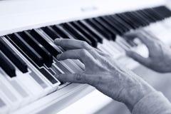 Piano avec des clés de couleur multy Fin vers le haut Photo libre de droits