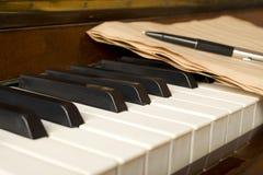 Piano avec des notes Photos stock