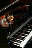 Piano avec l'eau-de-vie fine et le cigare roulé par main Photo libre de droits
