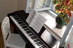 Piano bij open venster Stock Afbeelding