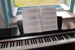 Piano bij open venster Stock Afbeeldingen