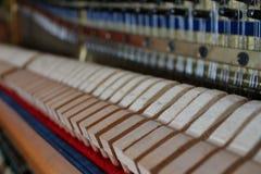 Piano binnen de koorden houten hamers en andere muzikale details, die op de hoofdtunerpiano wachten royalty-vrije stock foto