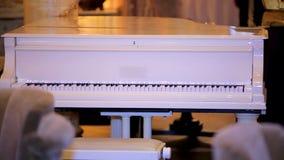 Piano blanc Piano Feurich de Whie Tonalité de vintage de piano image libre de droits