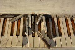 Piano blanco roto viejo imagenes de archivo