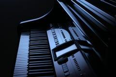 Piano in blauw stock afbeeldingen