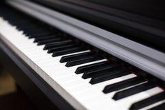 Piano branco e preto do instrumento musical das chaves imagem de stock royalty free