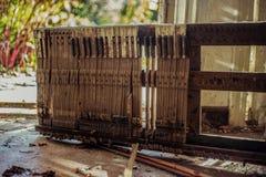 Piano cassé dans une maison abandonnée Photographie stock libre de droits