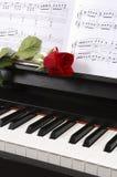 Piano com música de folha e uma Rosa Imagens de Stock Royalty Free