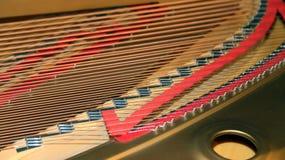 Piano com poucos martelo e cordas Fotografia de Stock