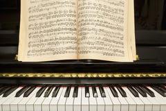 Piano con el libro de música imágenes de archivo libres de regalías