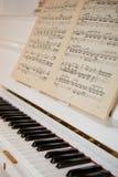 Piano con le note Immagini Stock Libere da Diritti