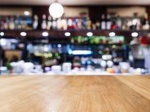 Piano d'appoggio con il fondo vago dell'interno del caffè del ristorante di Antivari Immagini Stock Libere da Diritti